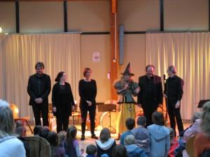 ...Les musiciens, épuisés par la sorcière, mais ravis des applaudissements nourris du public !