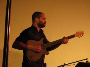 Manu CODJIA à la guitare...