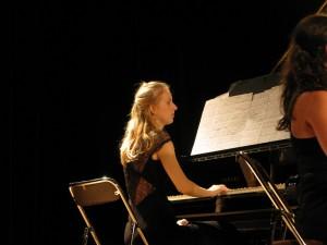 Anne de FORNEL au piano.